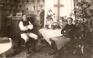 Denna bild från Oxbergs hembygdsförenings samlingar på bygdeband.se visar Alfred Hårdén (1894-1973) sittande bredvid julgranen, sannolikt någon gång på 1920-talet. Personen till vänster är okänd.
